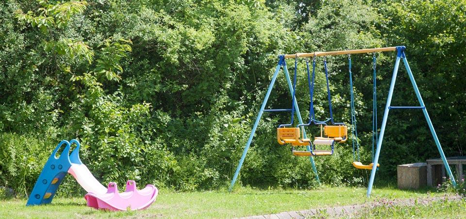 Ein kleiner Kinderspielplatz, ein Tischkicker & Tischtennis laden zum Spielen und Toben ein.
