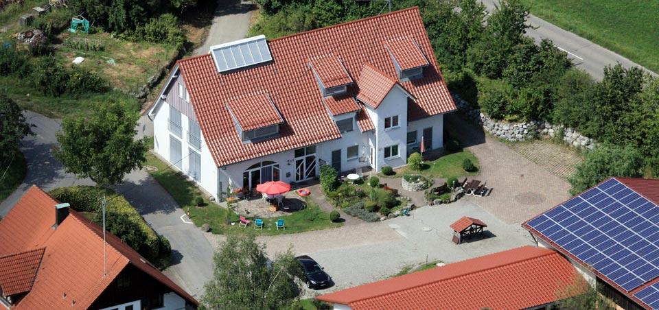 Der Ferienhof *** Stützle in Ravensburg / Oberschwaben aus der Luft gesehen.