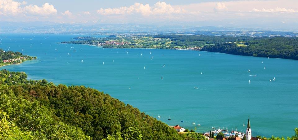 Traumhafter Ausblick über den Bodensee, der nur 12 km entfernt ist.